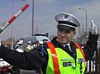 Rendőri karjelzések: A tenyérre vállra és a botra figyeljenek! - szon.hu