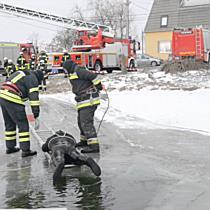 A befagyott Bujtosi tóból mentették ki a sérültet I. - szon.hu