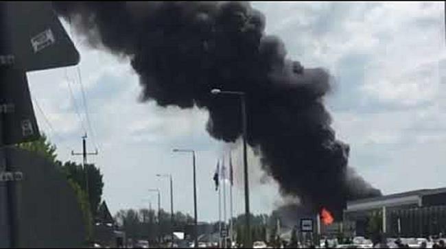 250 négyzetméteres épület lángol Nyírbátorban - szon.hu