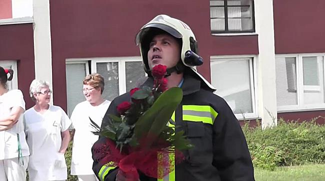 Tűzoltó leánykérés a kórházban - szon.hu